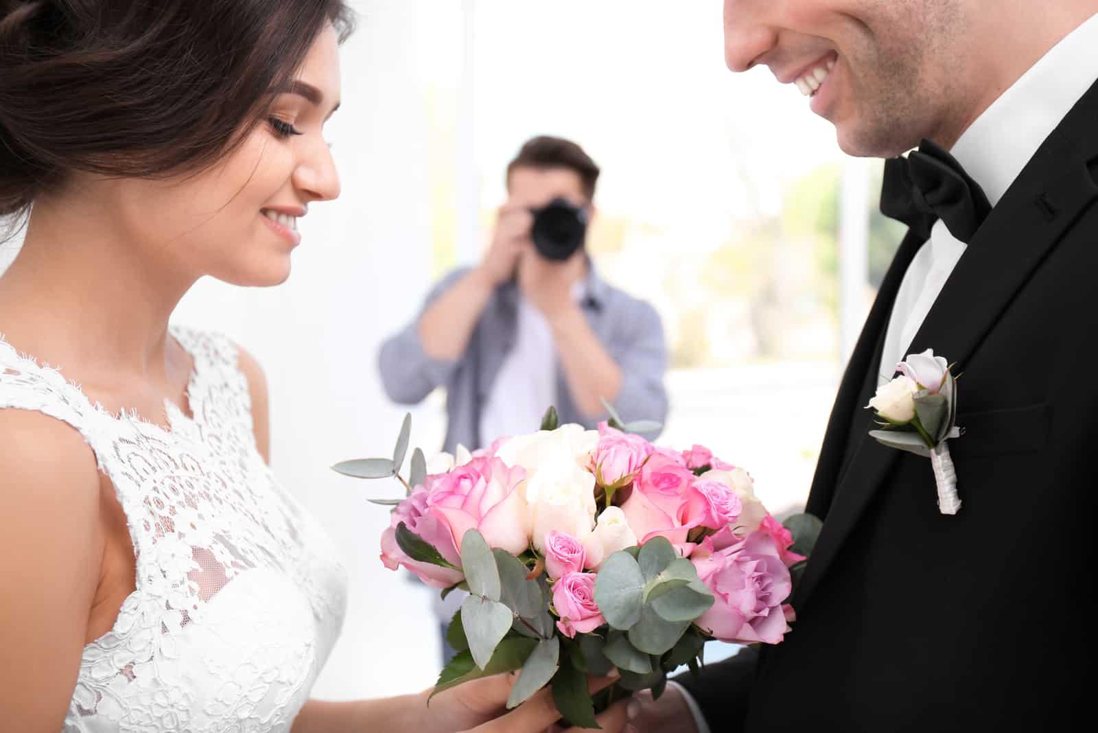 Fotograf macht Foto von Hochzeitspaar