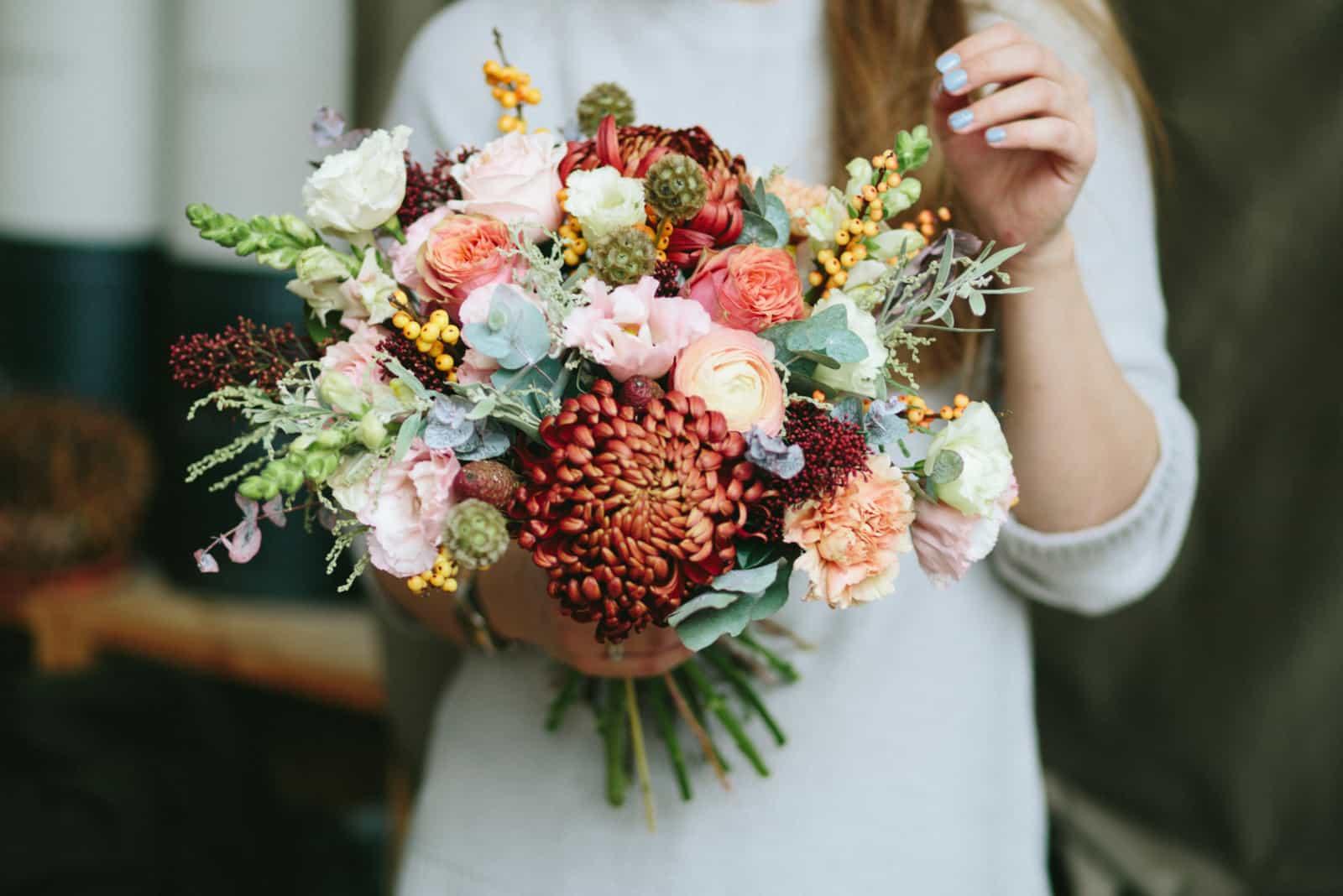 Frau, die schönen Blumenstrauß hält