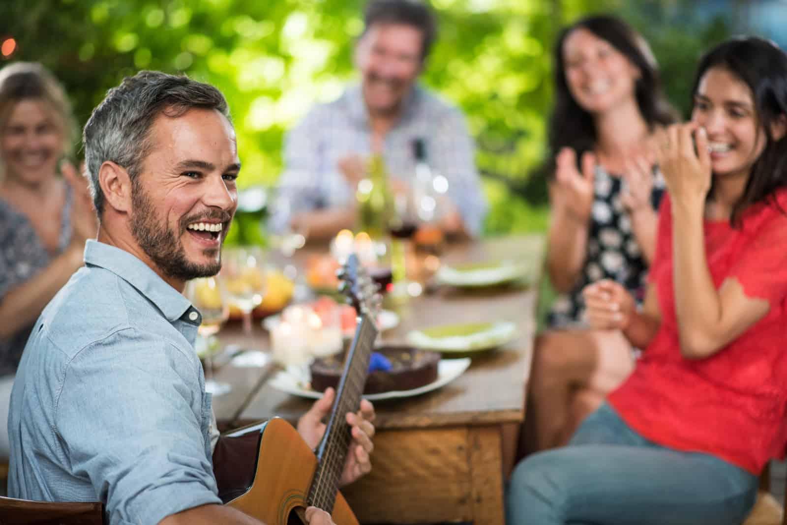 Freunde freuen sich auf einer Party