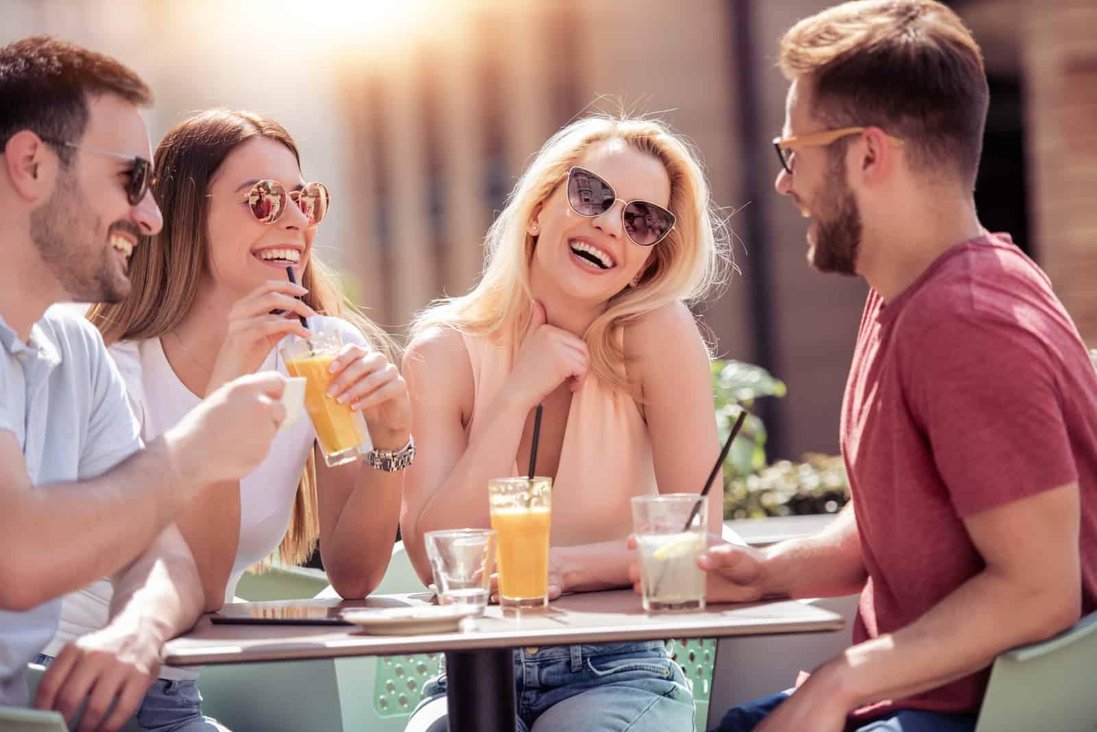 Freunde haben eine tolle Zeit im Cafe