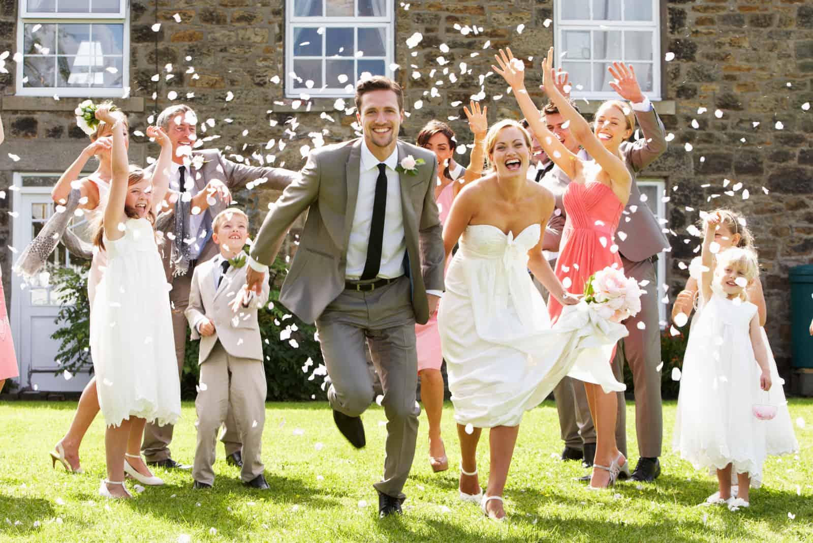 Gäste werfen Konfetti auf das Brautpaar