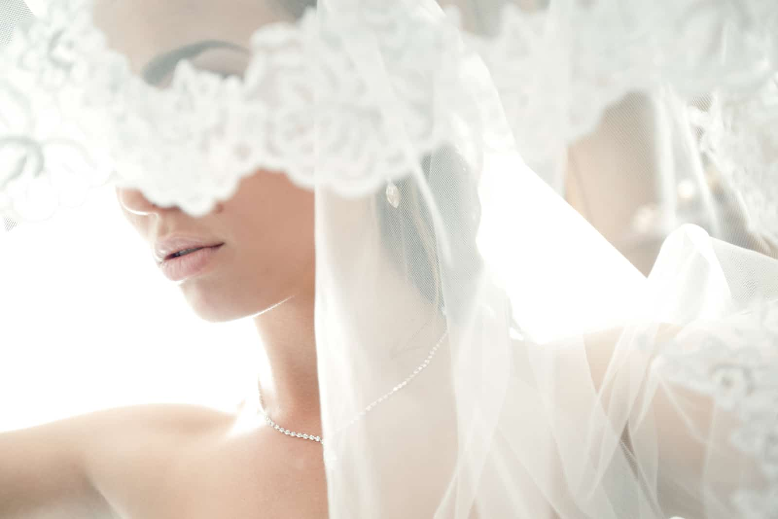 Gesicht einer schönen Braut versteckten Schleier