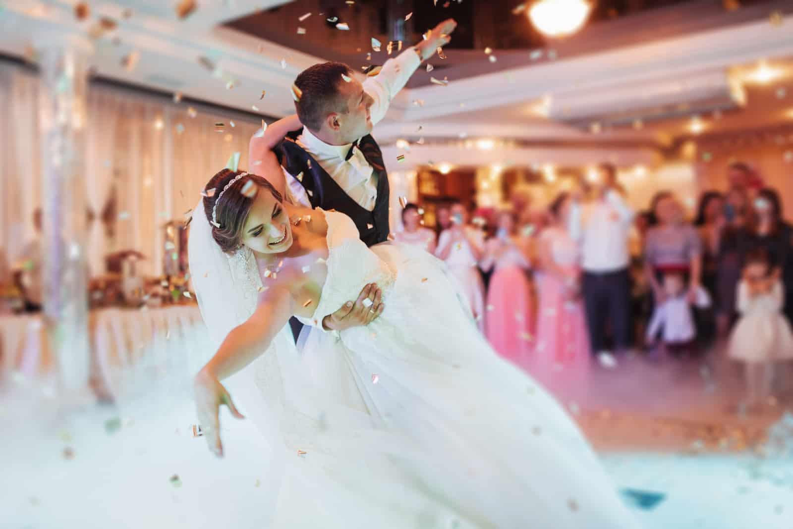 Glückliches Brautpaar und ihr erster Tanz (1)