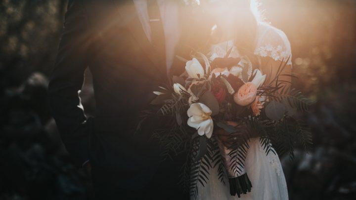 Braut und Bräutigam werden bei Sonnenuntergang fotografiert