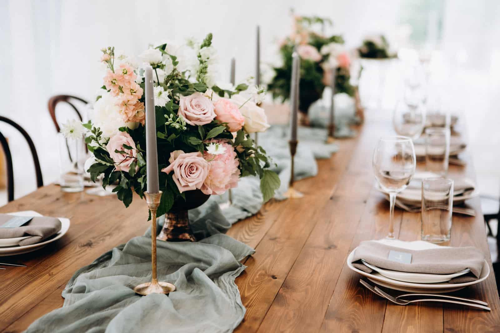 Hochzeit Tischdekoration mit Blumen und Kerzen