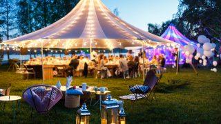 Hochzeitszelte in der Nacht