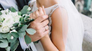 Braut und Bräutigam Händchen haltend