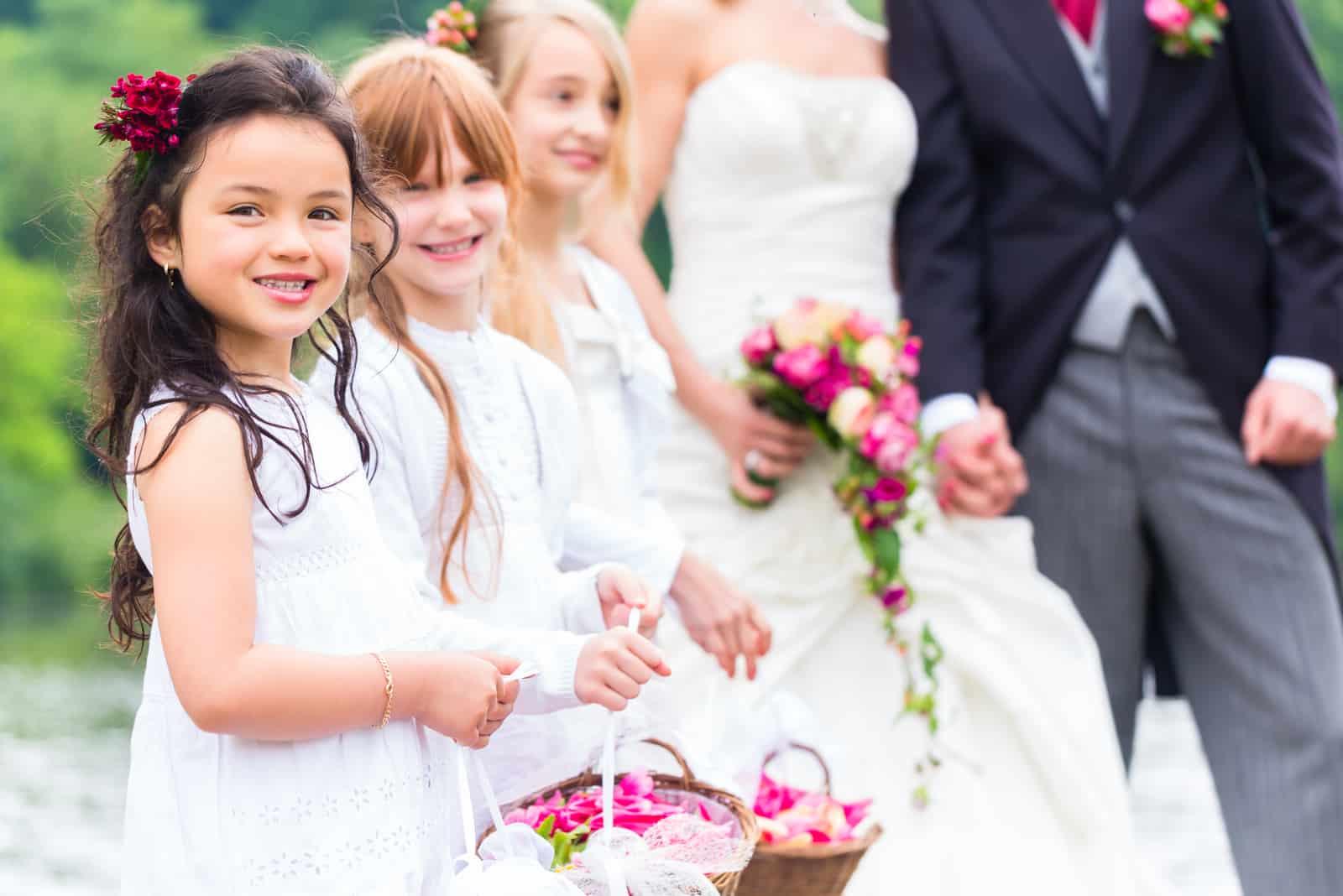 Hochzeitspaar Braut und Bräutigam mit Blumenkindern (1)
