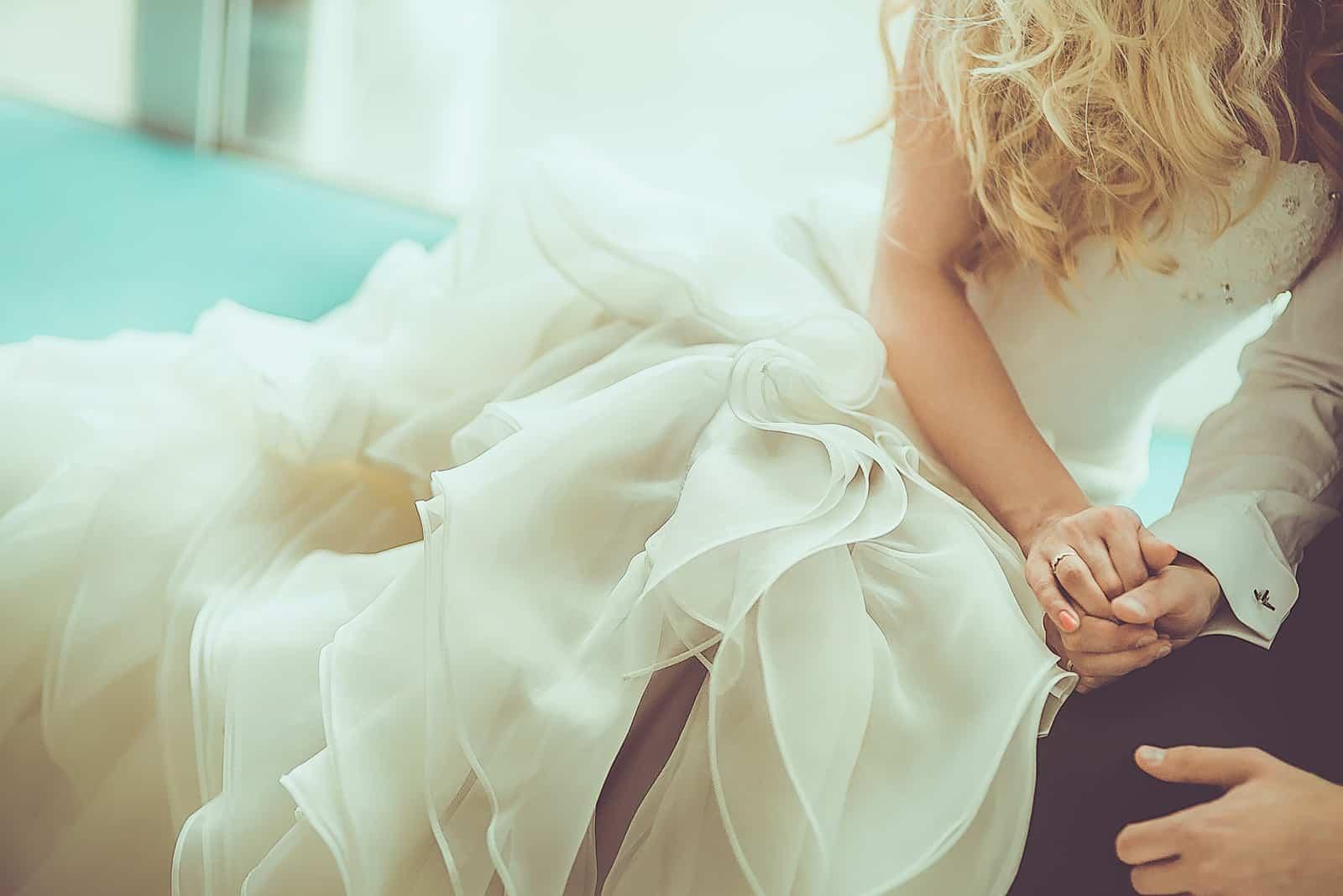 Hochzeitstag - Paar Händchen haltend