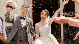 glückliche Jungvermählten, die die Kirche verlassen