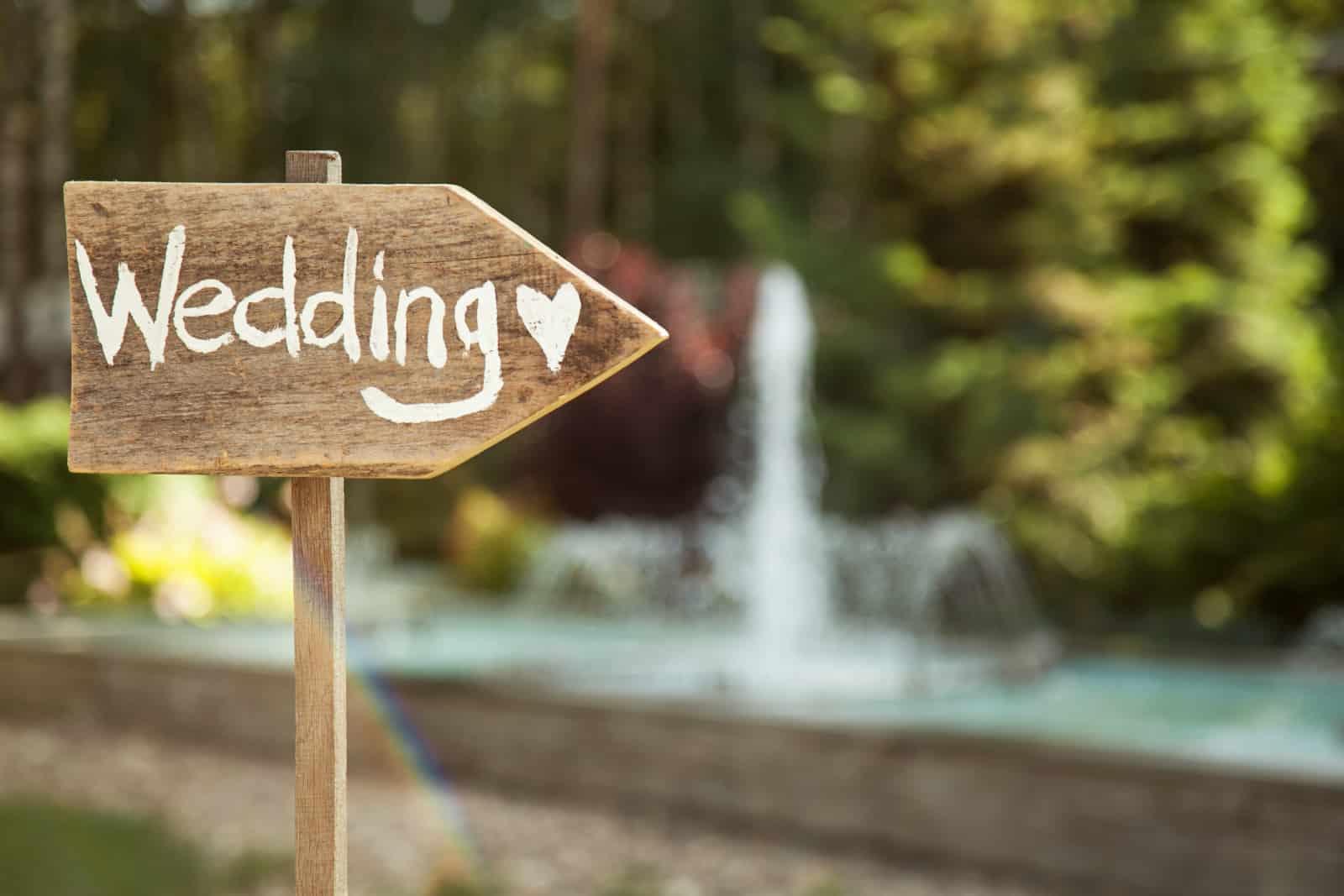 Holzbrett mit der Aufschrift Hochzeit