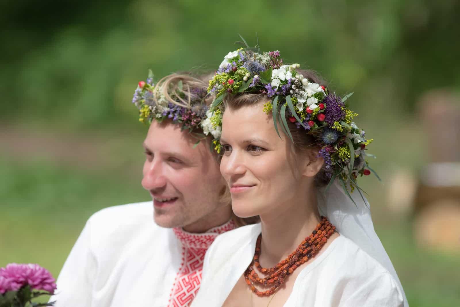 Jungvermählten in traditioneller russischer Kleidung