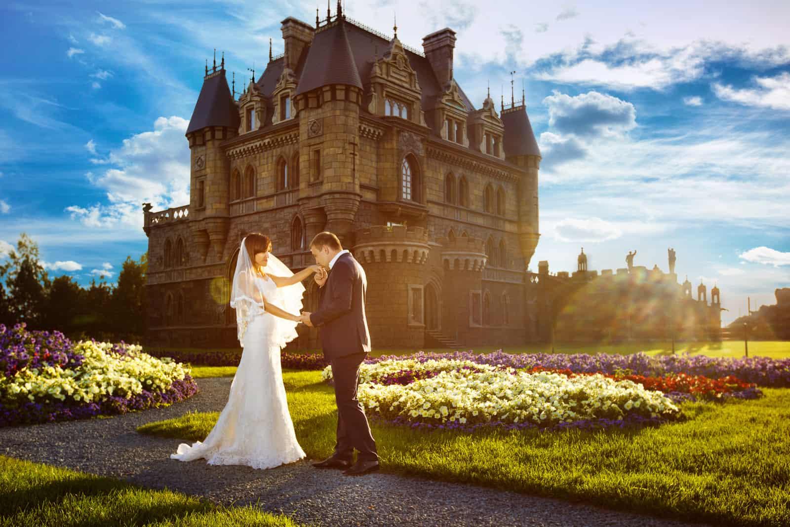 Jungvermählten vor der Burg