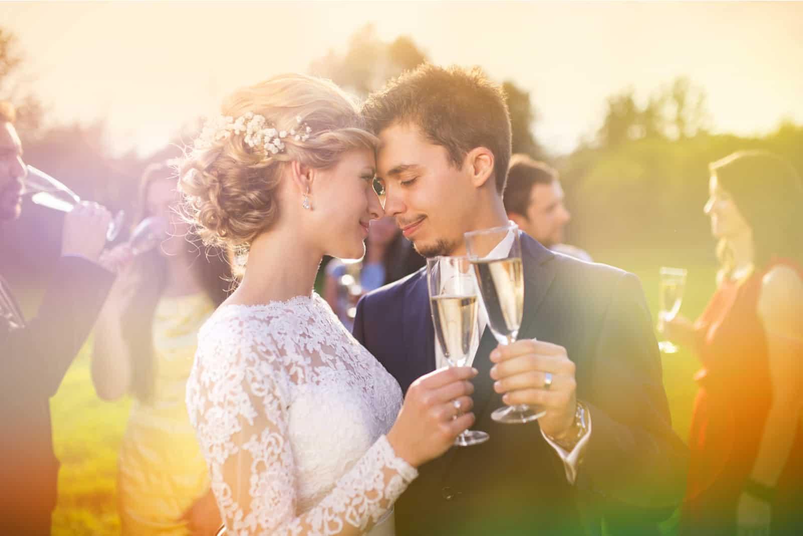 Jungvermählten und Gäste genießen Champagner