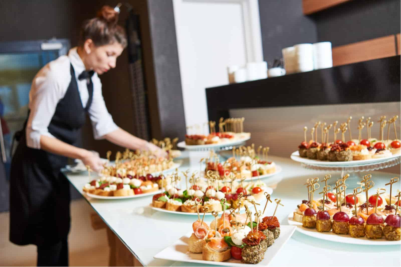 Kellnerin Serviertisch mit Essen