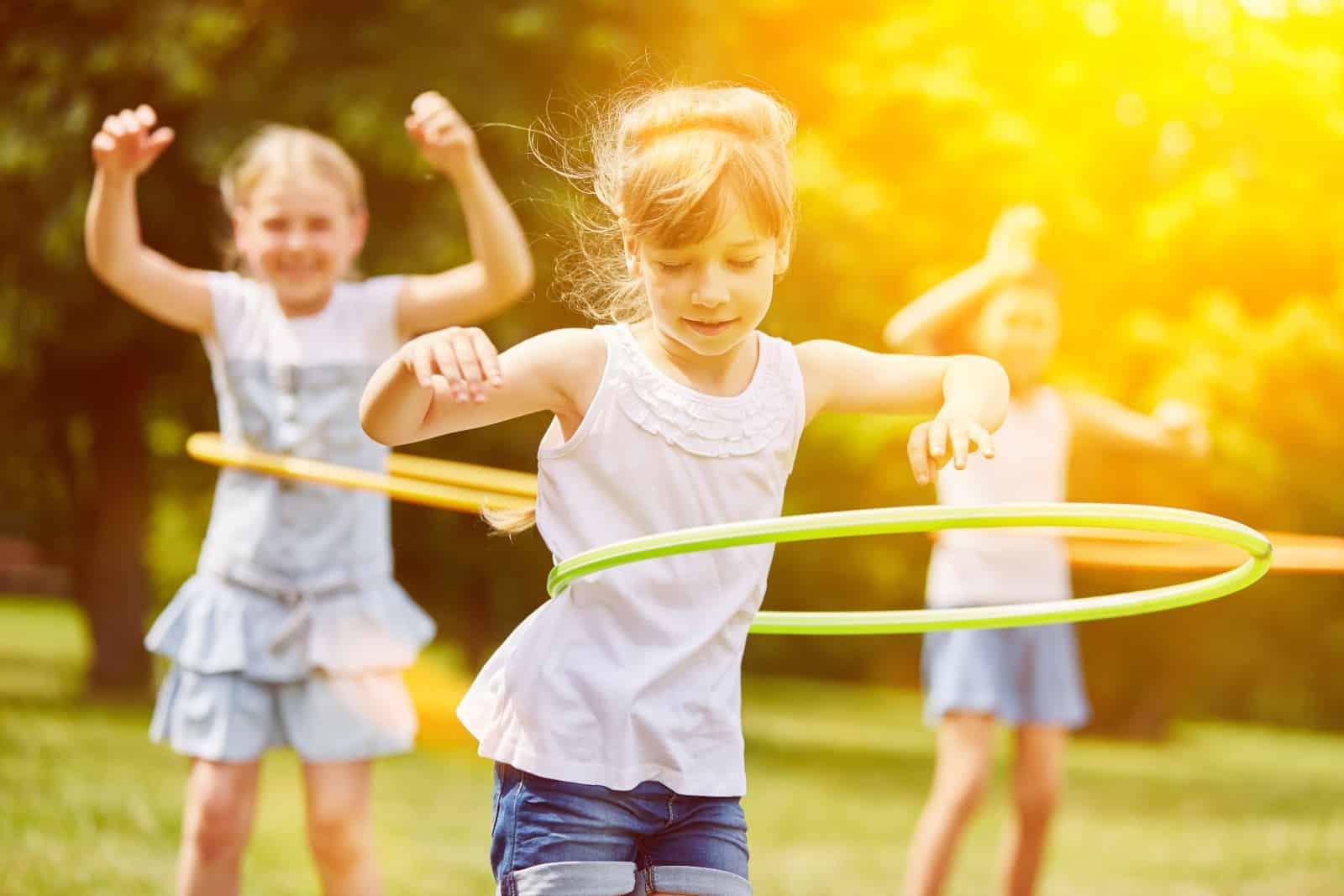 Kinder spielen Strumpfhosen