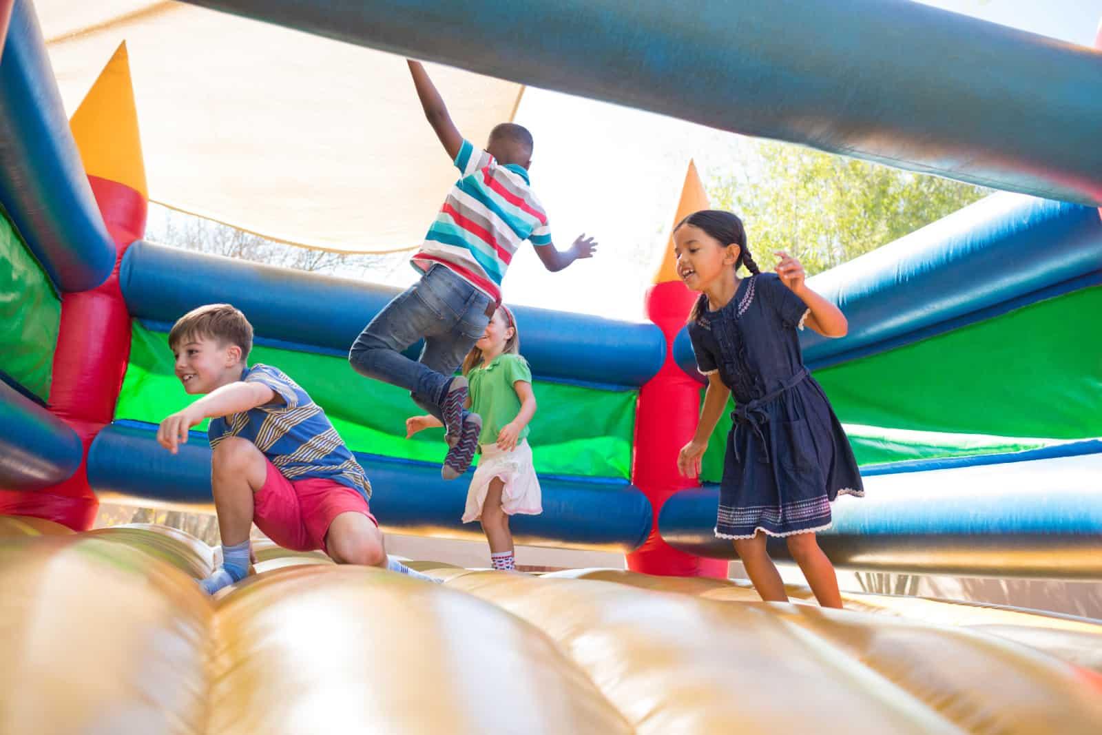 Kinder springen in einer Springburg