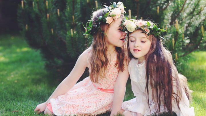 Die Mädchen spielen auf dem Rasen