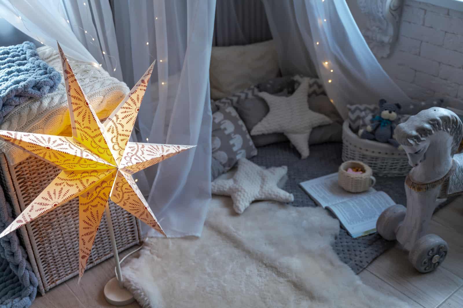 Kinderecke mit Sternen, Decken und Vorhängen