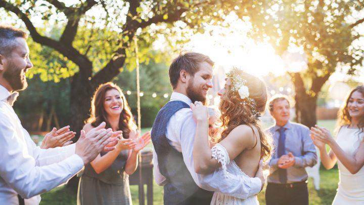 Jungvermählten tanzen