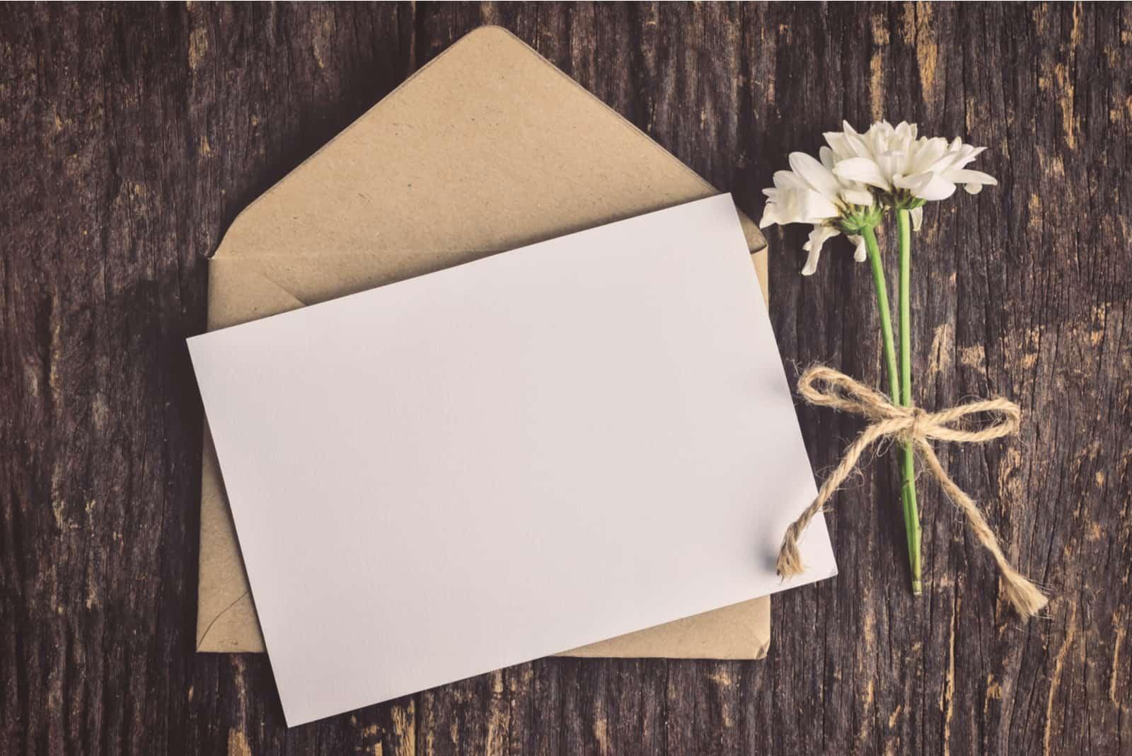 Leere weiße Grußkarte mit braunem Umschlag