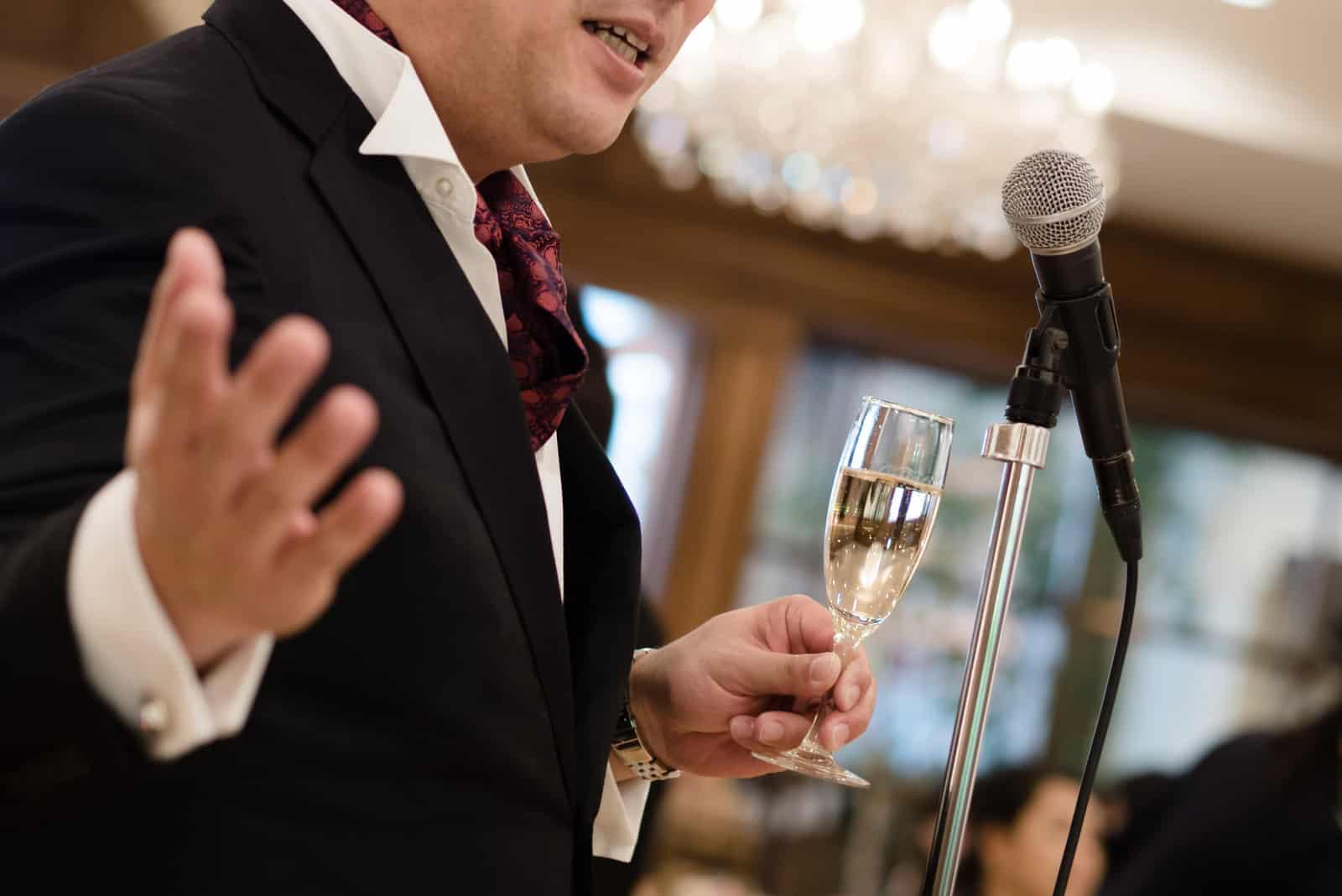 Mann hält eine Rede bei einer Hochzeit