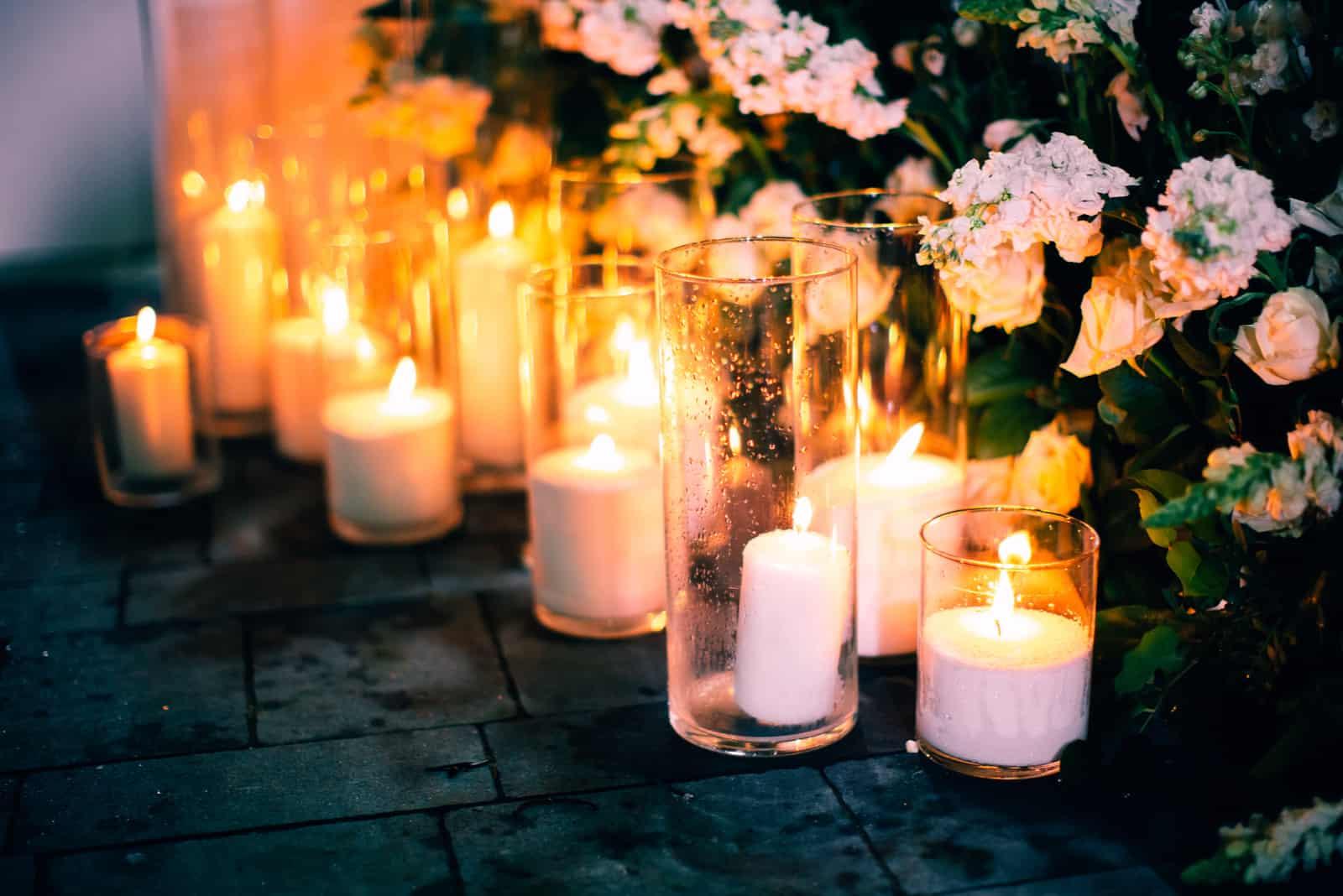 Nachthochzeitszeremoniedekoration mit Kerzen und Blumen auf Hintergrund