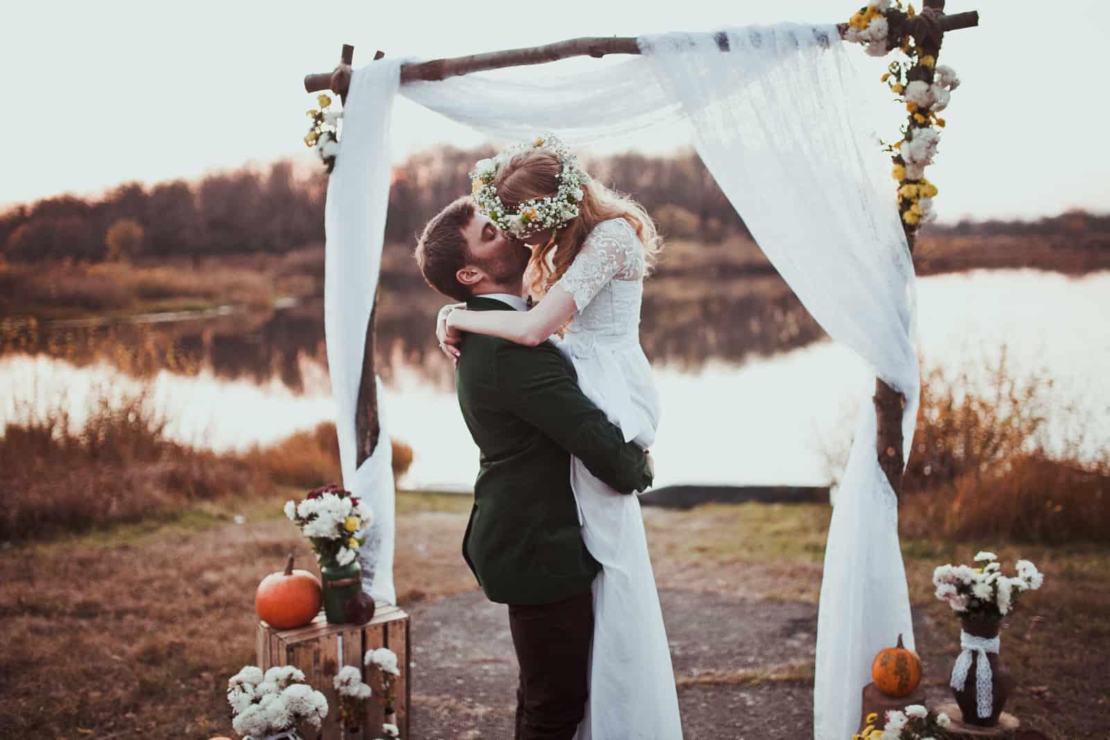 Nur ein Ehepaar wird am See fotografiert