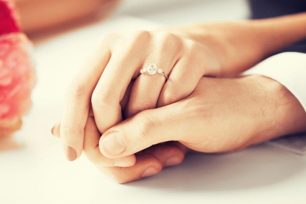 Verlobungsring Finger: Welche Hand ist die richtige?