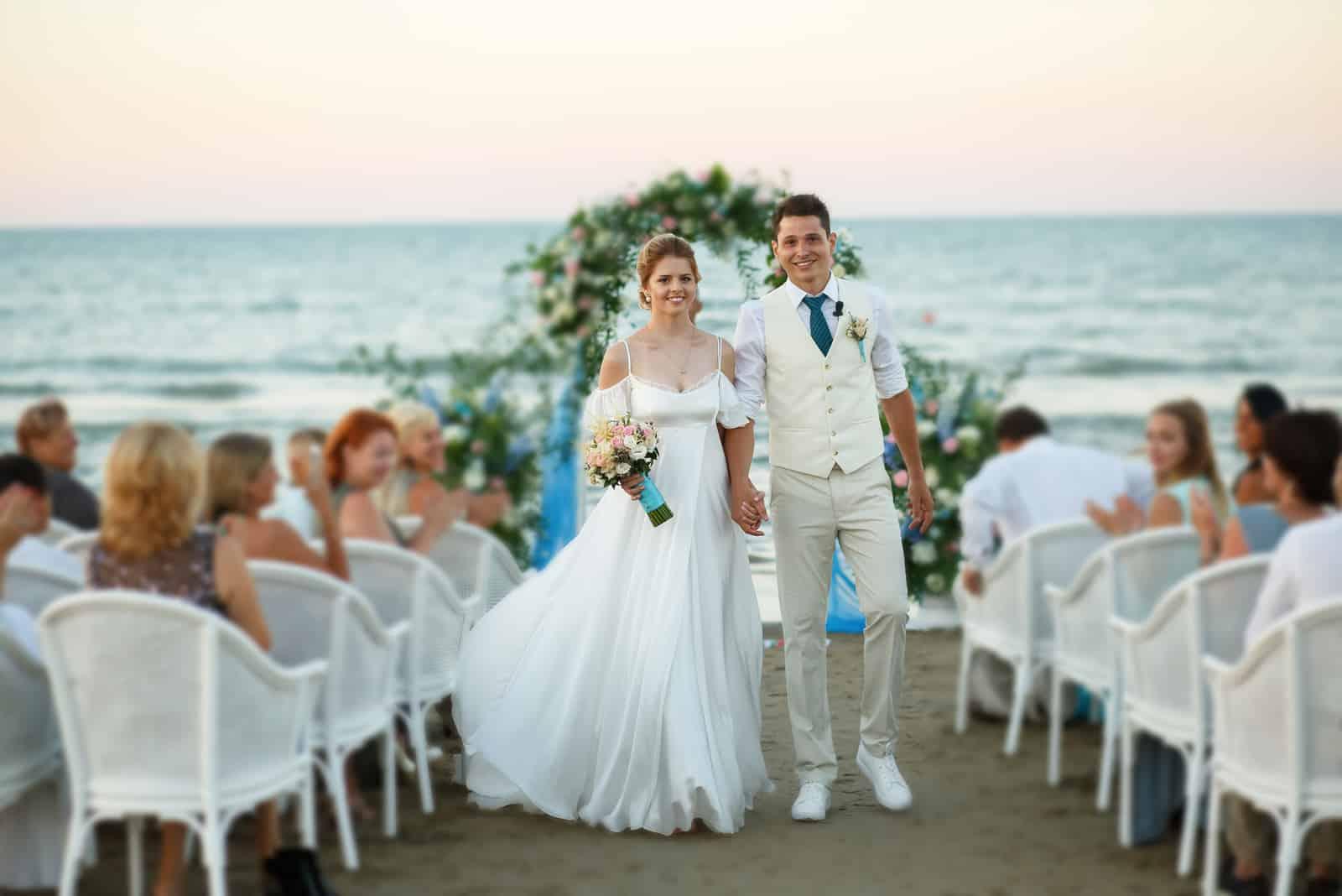 Paar geht vom Hochzeitsaltar