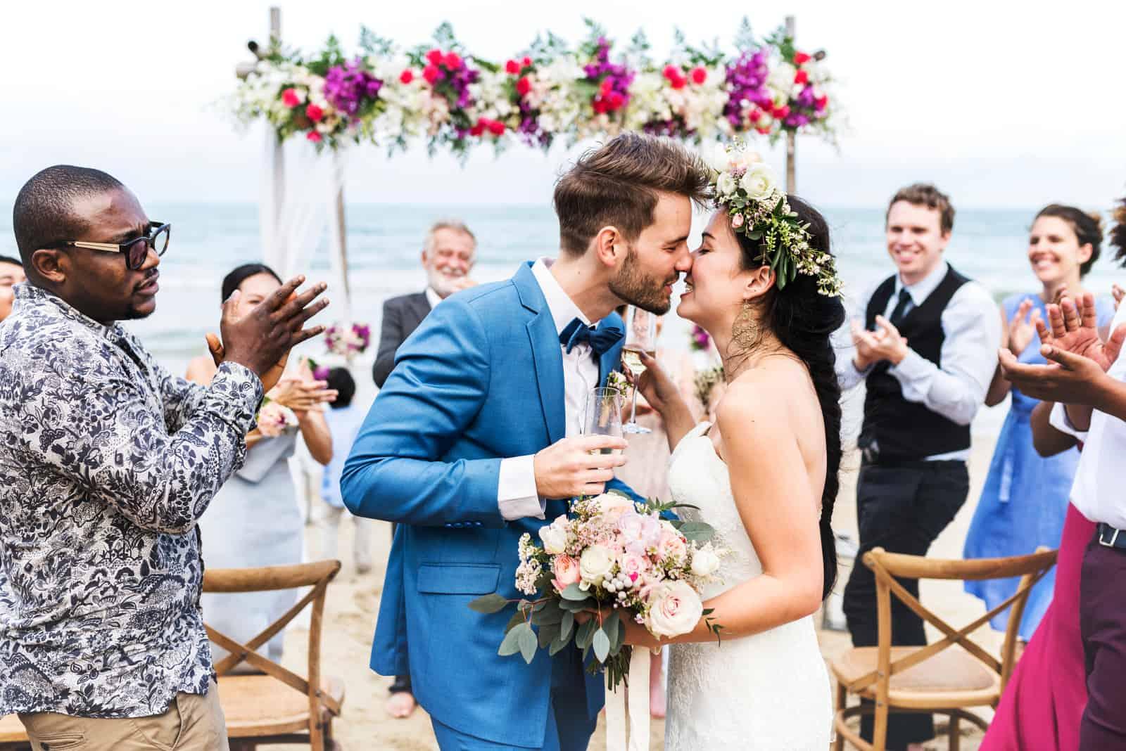 Paar küsst auf Hochzeitsfeier