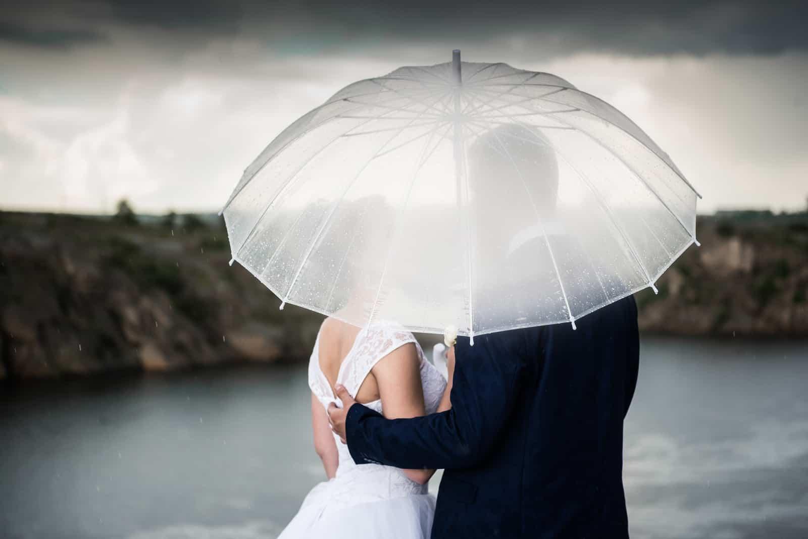 Paar unter einem Regenschirm bei regnerischem Sturmwetter