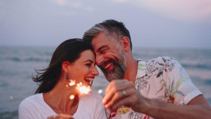 ein lächelndes Paar mittleren Alters