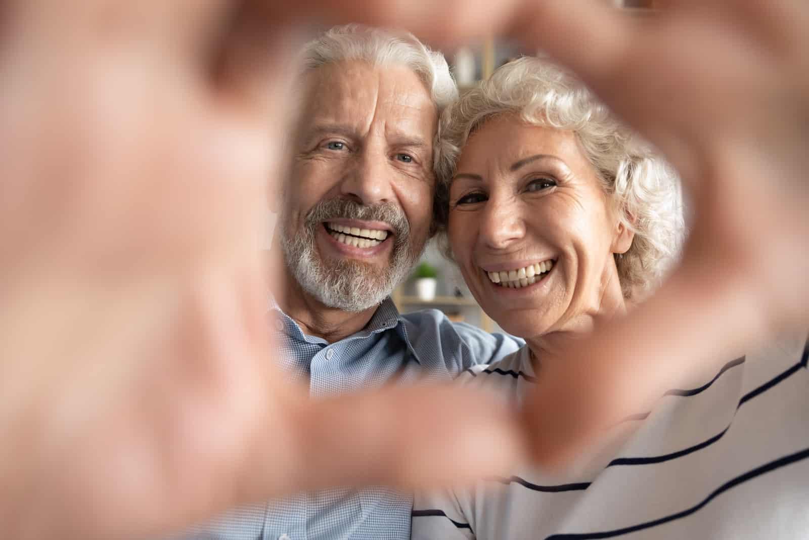 Porträt eines überglücklichen Ehepaares mittleren Alters im Alter von 60 Jahren