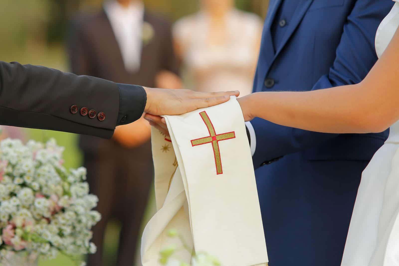 Priester segne die Braut