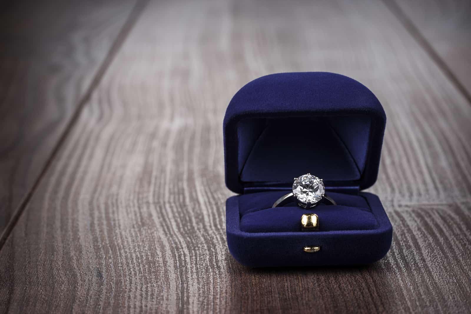 Ring in der Box auf Holztisch