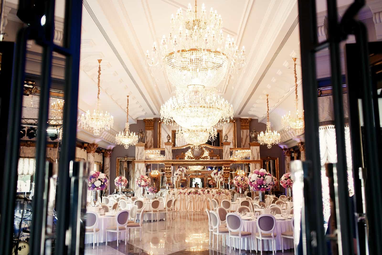 Schauen Sie aus der Ferne in die luxuriöse Restauranthalle, die für das Hochzeitsessen vorbereitet ist