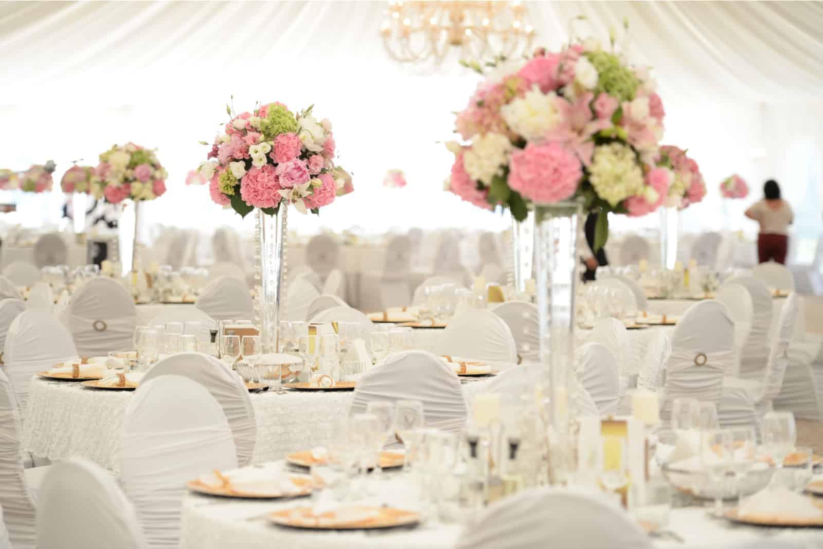 Schöne Blumen auf Tisch am Hochzeitstag