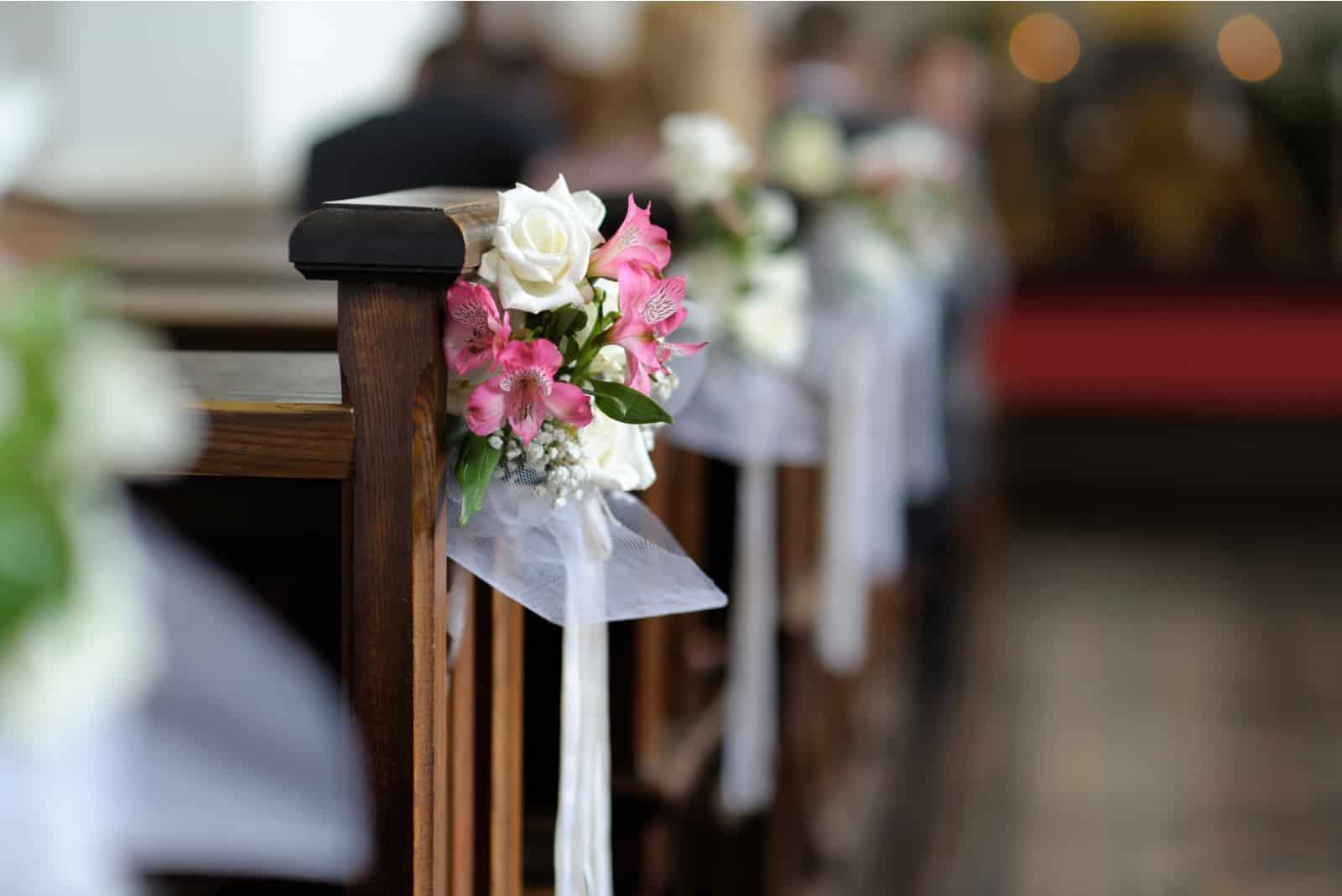Schöne Blumenhochzeitsdekoration in einer Kirche