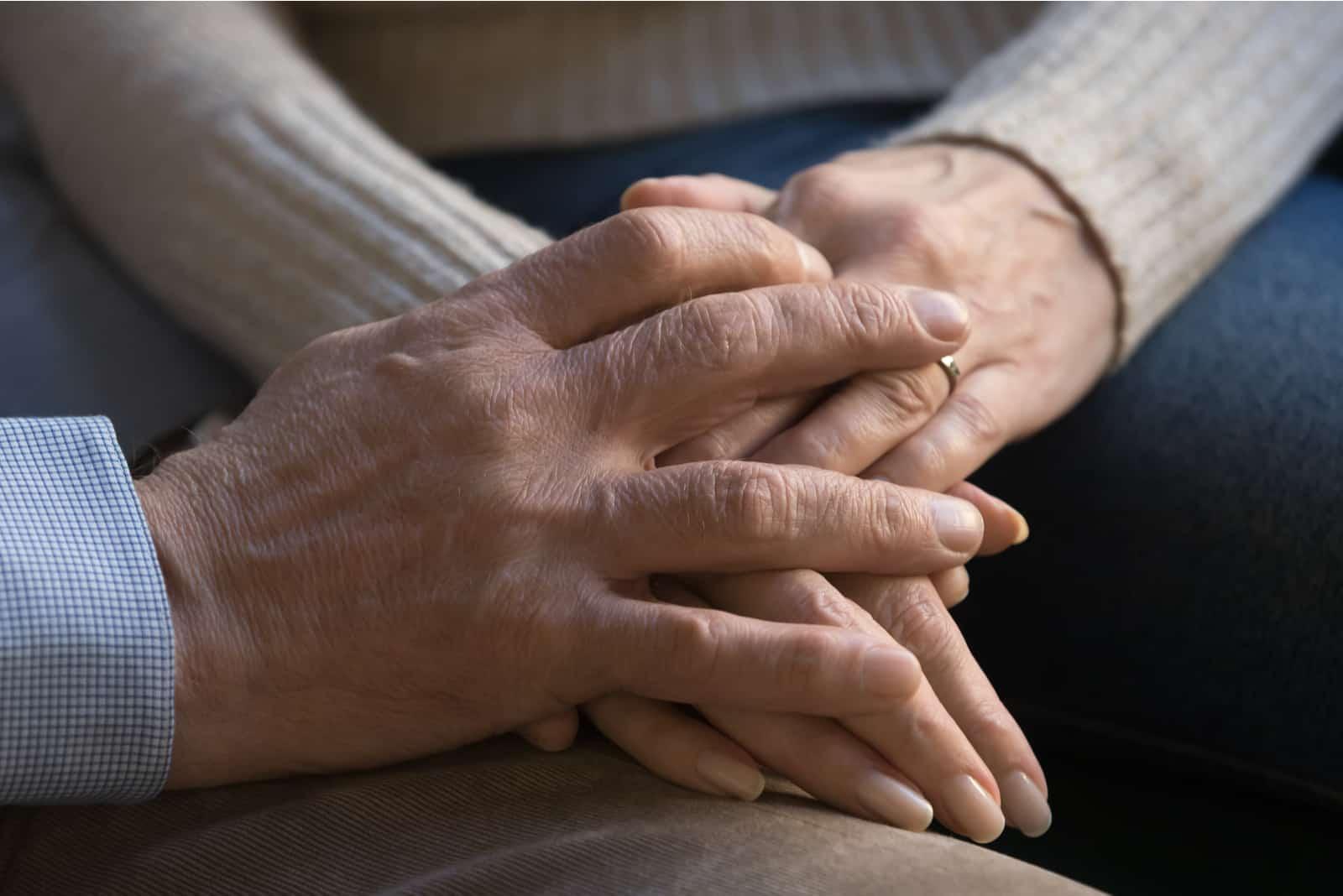 Senior altes Ehepaar Ehemann und Ehefrau Händchen haltend