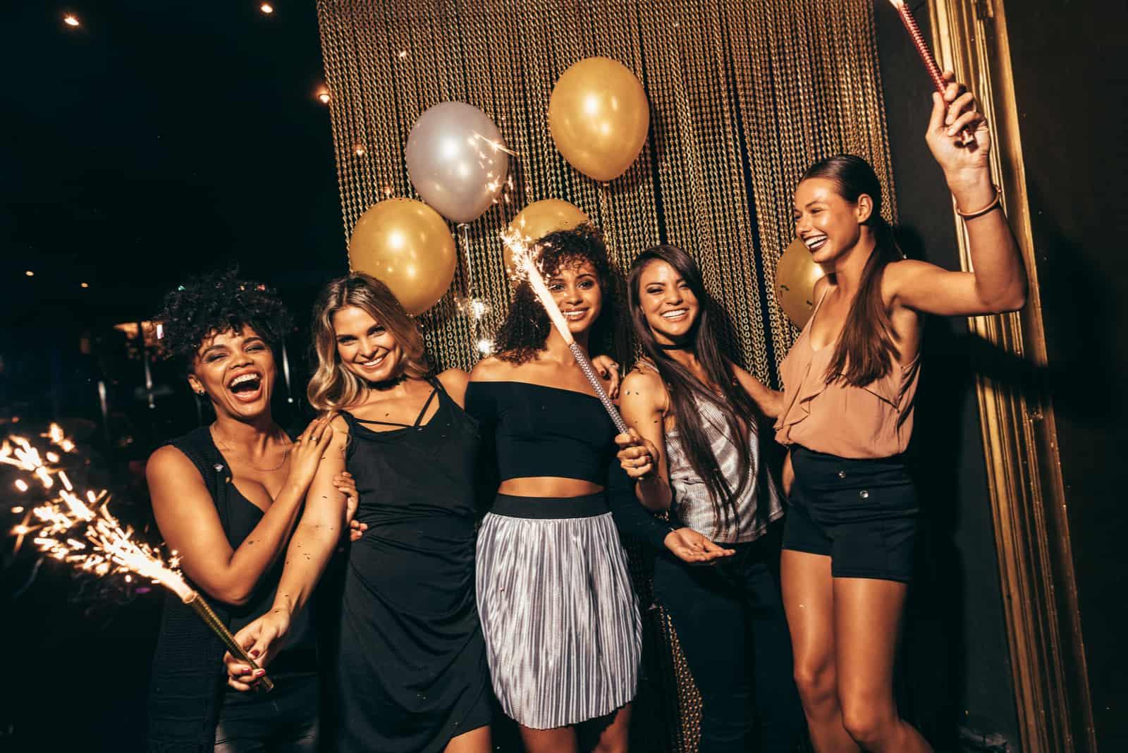 Stilvolle Mädchen genießen Party
