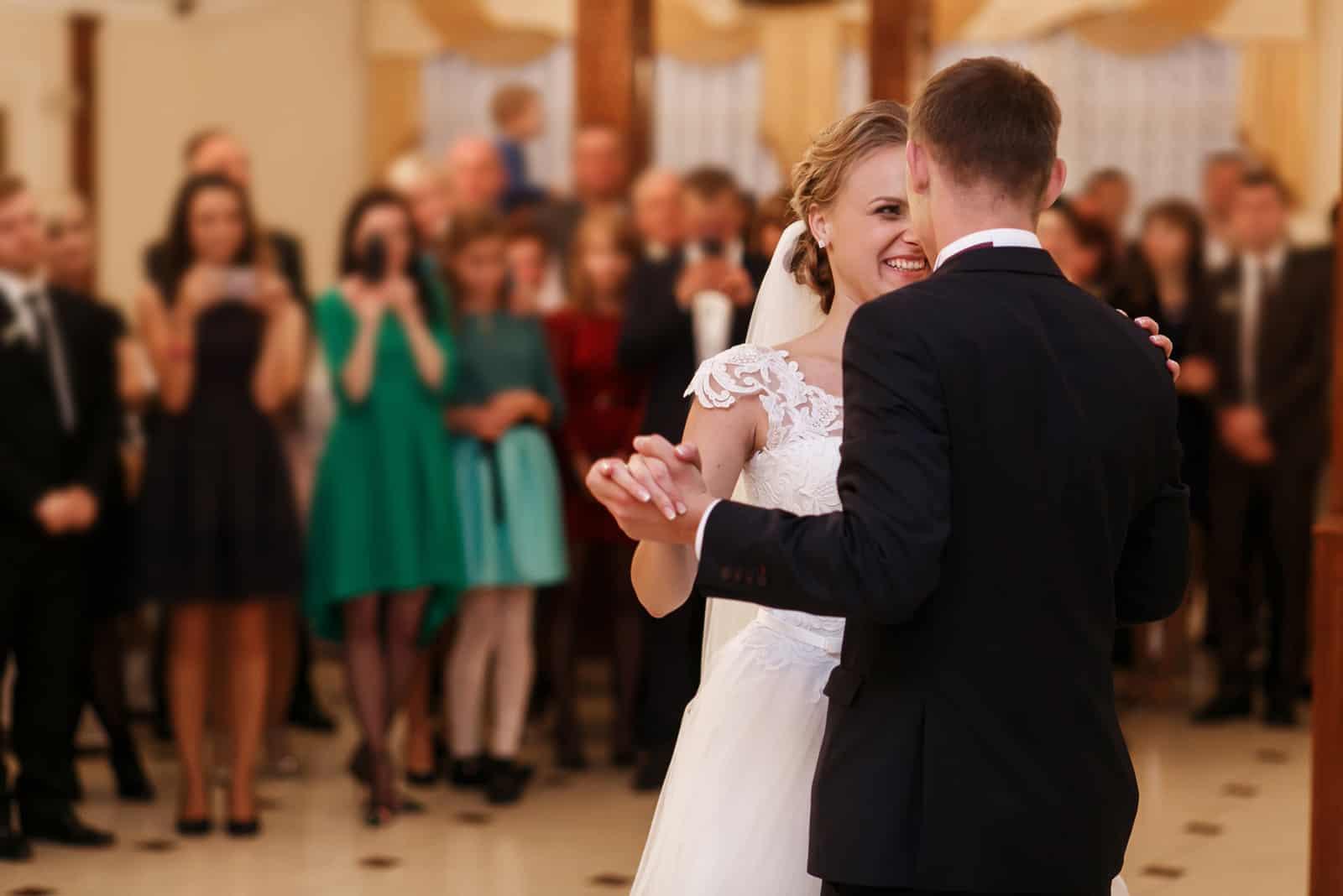 Stilvolles romantisches junges Paar, das Walzer tanzt