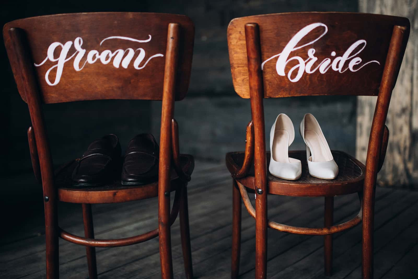 Stühle mit der Aufschrift Braut und Bräutigam