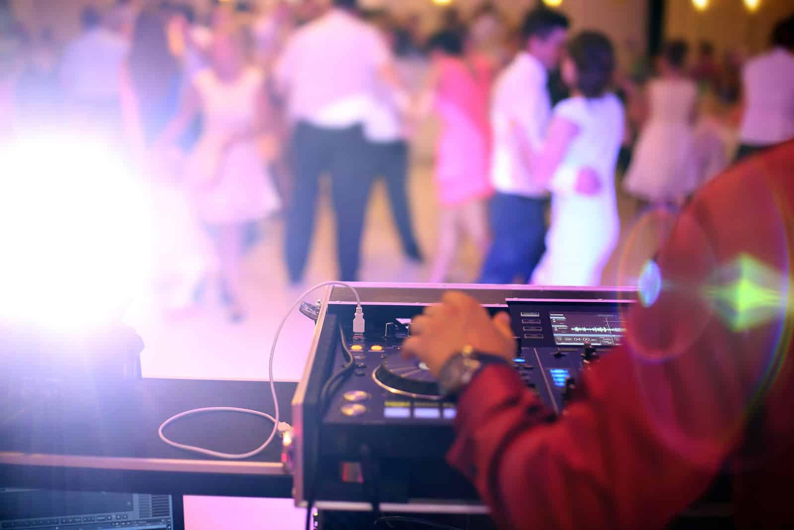 Tanzende Paare auf Hochzeitsfeier