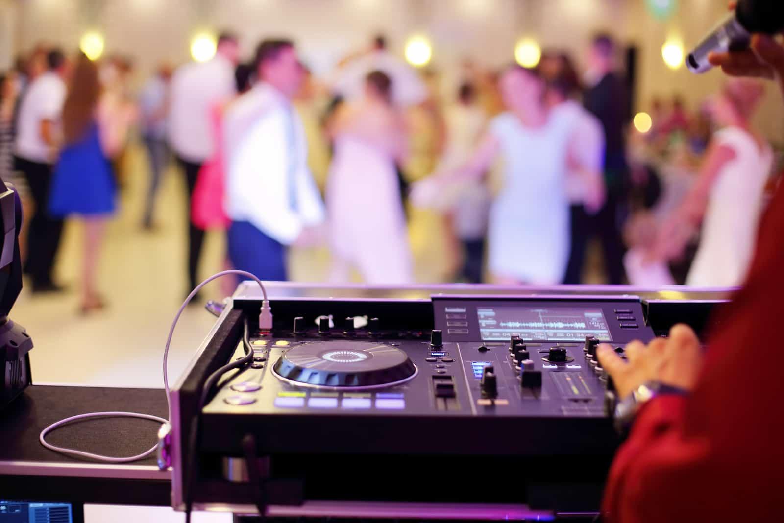 Tanzende Paare während der Hochzeitsfeier