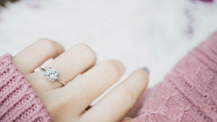eleganter Verlobungsdiamantring am Frauenfinger
