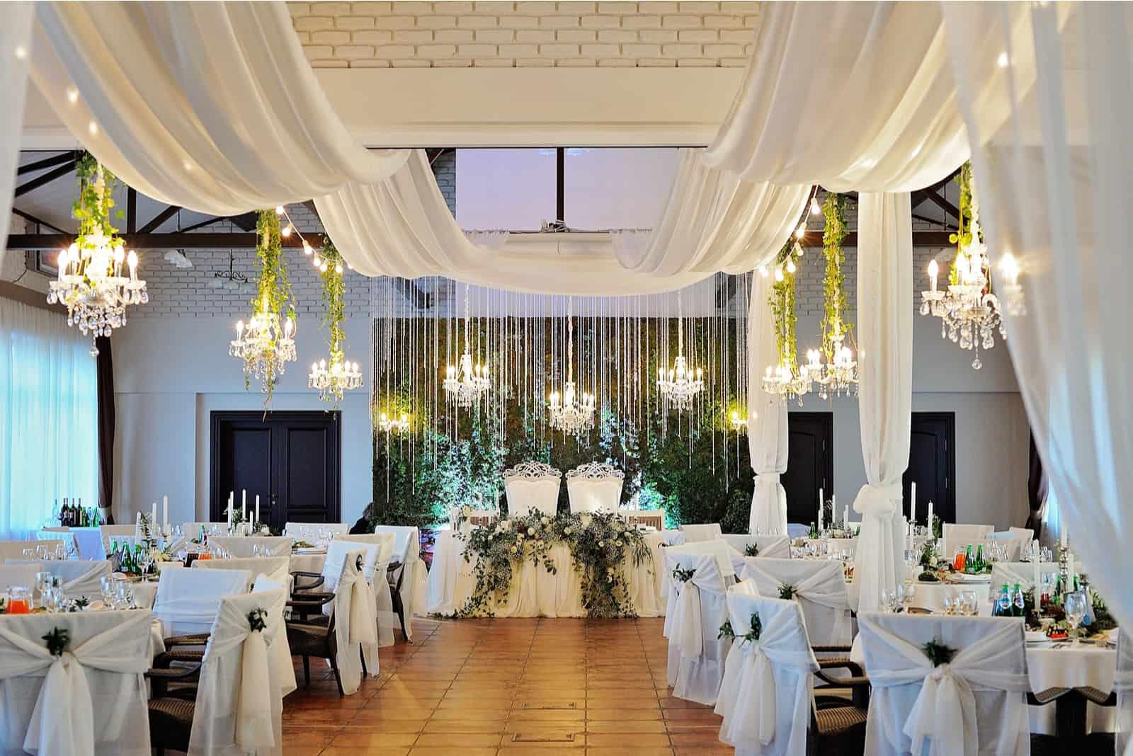 Weiße Inneneinrichtung des Hochzeitsrestaurants