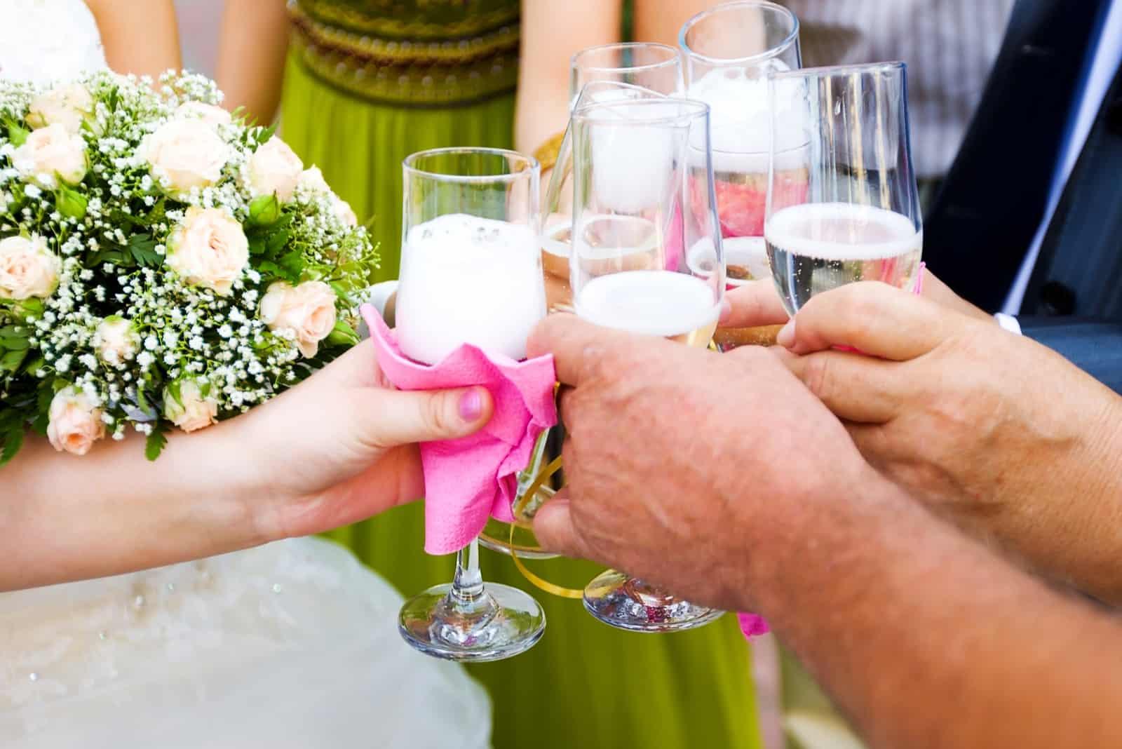 bei den Hochzeitsgästen Toast mit der Braut Champagner