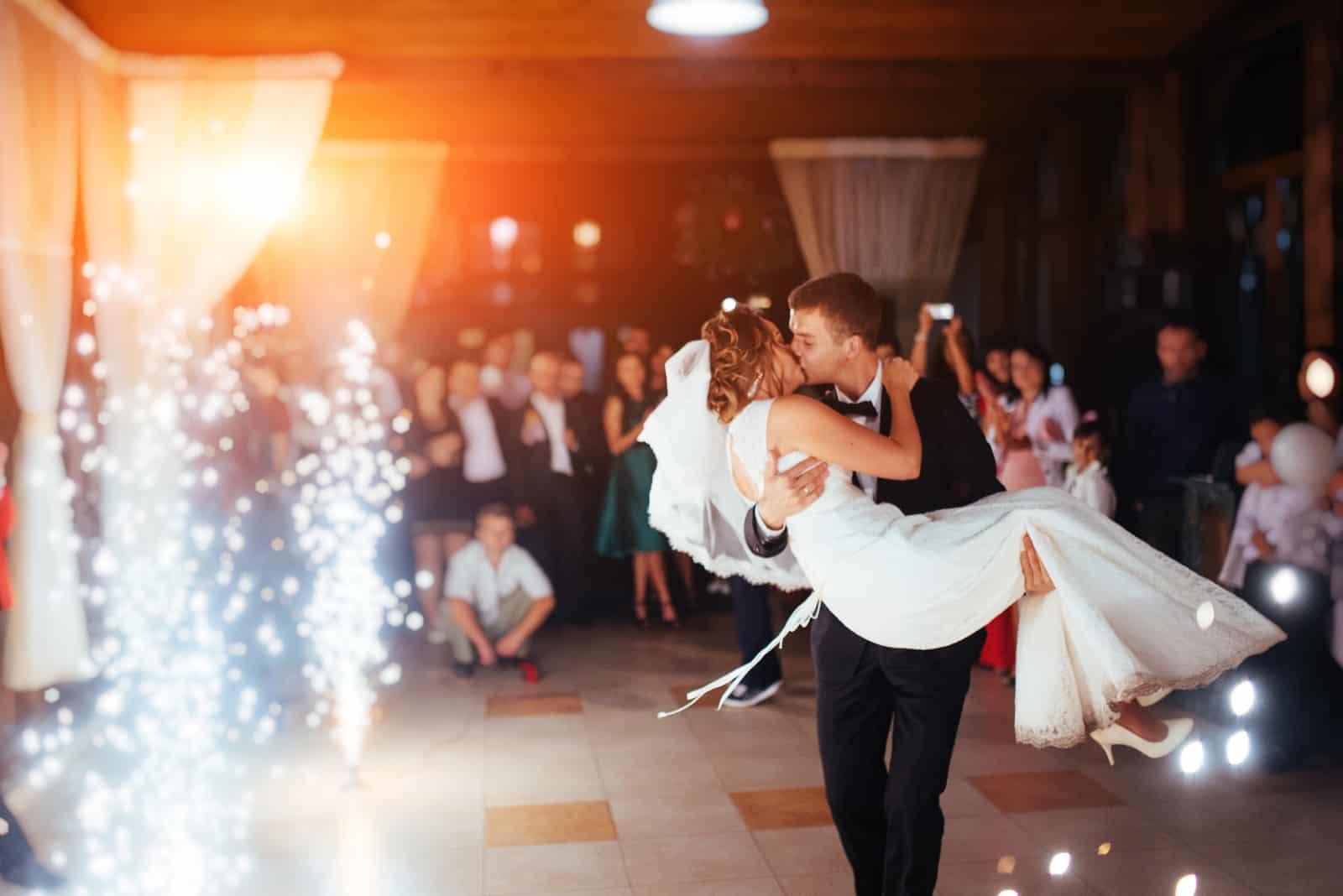 der Bräutigam, der die Braut während des ersten Tanzes großgezogen hat