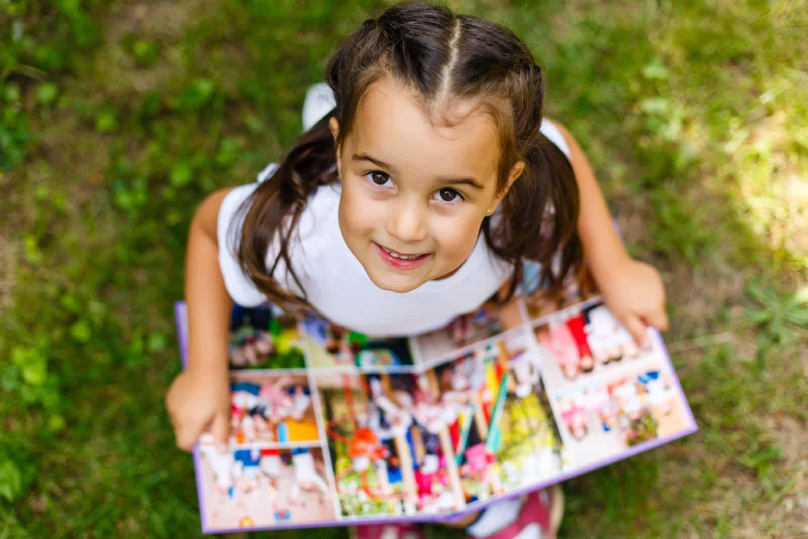ein Mädchen, das ein Fotoalbum betrachtet